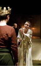 RICHARD II   by Shakespeare   design: Hildegard Bechtler   lighting: Peter Mumford   director: Deborah Warner ~l-r: (back to camera) David Threlfall (Henry Bolingbroke), Fiona Shaw (Richard II)~Cottes...