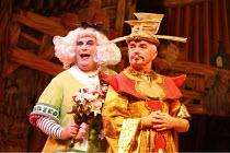 ALADDIN   written by: Paul Hendy   directed by: Christopher Biggins,l-r: Christopher Biggins (Widow Twankey), Graham James (Emperor),Richmond Theatre, Richmond / Surrey, England          13/12/2005...
