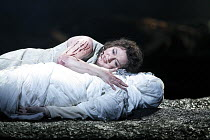 GOTTERDAMMERUNG   by Wagner   conductor: Antonio Pappano   director: Keith Warner ,Lisa Gasteen (Brunnhilde) with Siegfried's shrouded corpse,The Royal Opera / Covent Garden   London WC2        17/04/...