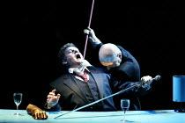 GOTTERDAMMERUNG (Wagner)~Hagen kills Siegfried - l-r: Graham Sanders (Siegfried), Mats Almgren (Hagen)~Scottish Opera / Festival Theatre, Edinburgh                  05/04/2003