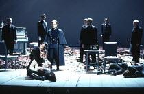 'HAMLET' (Shakespeare - director: Adrian Noble),final scene - Horatio cradles dead Hamlet: Rob Edwards, Kenneth Branagh   ,Royal Shakespeare Company (RSC), Barbican Theatre, London EC2  12/1992