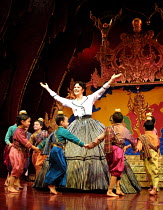 'THE KING AND I' (Rodgers & Hammerstein)~Josie Lawrence (Anna Leonowens)~London Palladium  09/05/2001