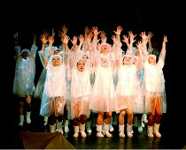 'SINGIN' IN THE RAIN' (Comden/Green/Brown/Freed)~finale - Company reprise 'Singin' in the rain'~West Yorkshire Playhouse/Royal National Theatre - Olivier Theatre  22/06/2000