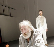 'KING LEAR' (Shakespeare - director: Steven Pimlott),IV/v - David Warner (King Lear), Jo Stone-Fewings (Edgar),Minerva Theatre / Chichester Festival Theatre / West Sussex, England          17/05/2005,
