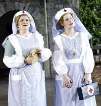 'COSI FAN TUTTE' (Mozart - coductor: Steuart Bedford   director: John Cox)~l-r: Sarah-Jane Davies (Fiordiligi), Wendy Dawn Thompson (Dorabella)~Garsington Opera / England                    12/06/2004