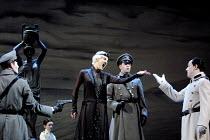 'RODELINDA' (Handel)~centre: Emma Bell (Rodelinda)   right: Jonathan Best (Garibaldo)~Glyndebourne Touring Opera                   20/10/2001