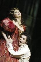 'LES CONTES D'HOFFMANN' (Offenbach - production: John Schlesinger   conductor: Richard Hickox)~Jennifer Larmore (Giulietta), Rolando Villazon (Hoffmann)~The Royal Opera /   Covent Garden, London WC2...