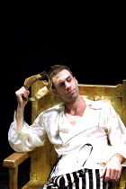 'EDWARD II' (Marlowe)~the troubled King: Joseph Fiennes (Edward II)~Crucible Theatre, Sheffield  13/03/2001