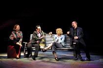 'HOWARD KATZ' (Marber)~l-r:  Mossie Smith (Jess), Paul Ritter (Jim), Ashley Jensen (Natalie), Ron Cook (Howard Katz)~Royal National Theatre/Cottesloe Theatre, London SE1  13/06/2001