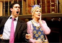 'NOISES OFF' (Frayn)~Stephen Mangan (Garry Lejeune), Lynn Redgrave (Dotty Otley)~Piccadilly Theatre  London W1  14/05/2001