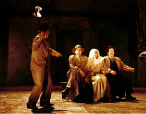 'THE COMEDY OF ERRORS' (Shakespeare)~l-r: David Tennant (Antipholus of Syracuse), Paul Ewing (Balthazar, in disguise: check?), Ian Hughes (Dromio of Syracuse)~RSC/RST, Stratford-upon-Avon  20/04/2000