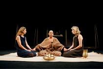 'ANTONY AND CLEOPATRA' (Shakespeare)~Cleopatra prepares for death - l-r: Rachel Joyce (Charmian), Frances de la Tour, Hermione Gulliford (Iras)~RSC/RST  23/06/1999
