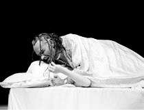 'OTHELLO' (Shakespeare)~Othello smothers Desdemona: Ben Kingsley (Othello), Niamh Cusack (Desdemona)~RSC/Barbican Theatre, London EC1   01/1986