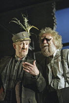 'KING LEAR' (Shakespeare - director: Bill Alexander),l-r: Corin Redgrave (King Lear), David Hargreaves (Earl of Gloucester),Royal Shakespeare Company /  Albery Theatre, London WC2          18/01/2005...