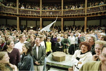 THE COMEDY OF ERRORS   by Shakespeare   ^Master of Play^/director: Kathryn Hunter <br>,audience & interior   ,Shakespeare's Globe, London SE1                    06/1999   ,