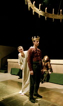 RICHARD II   by Shakespeare   design: Hildegard Bechtler   lighting: Peter Mumford   director: Deborah Warner ~l-r: Fiona Shaw (Richard II), David Threlfall (Henry Bolingbroke), Julian Rhind-Tutt (Edw...