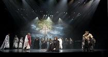 CYMBELINE   by Shakespeare   set design: Tsukasa Nakagoshi   costumes: Nobuko Miyamoto   lighting: Jiro Katsushiba   director: Yukio Ninagawa ~front left: Yosuke Kubozuka (Iacimo)   centre: Hiroshi Ab...