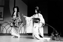 Kabuki HAMLET   after Shakespeare ~l-r: Maisusuke Onde (Shiba / Claudius), Somegoro Ichikawa (Mikariyahime / Ophelia)~Tokyo Globe production / Mermaid Theatre, London EC4   18/09/1991