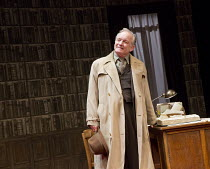 ACCOLADE   by Emlyn Williams   design: James Cotterill   lighting: Peter Mumford   director: Blanche McIntyre   Bruce Alexander (Daker) St. James Theatre, London SW1   17/11/2014               � Donal...