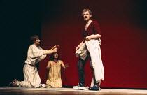 ANTONY AND CLEOPATRA   by Shakespeare   design: Sally Jacobs   director: Peter Brook l-r: Glenda Jackson (Cleopatra), Paola Dionisotti (Charmian), Alan Howard (Antony)  Royal Shakespeare Company (RSC)...