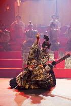 HAMLET by Shakespeare   set design: Setsu Asakura Tsukasa Nakagoshi   costumes: Ayako Maeda   lighting: Motoi Hattori   director: Yukio Ninagawa  'The play within the play' - the King dies - (rear) Ge...