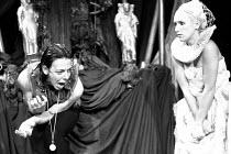 HAMLET by Shakespeare set design: Mick Bearwish costumes: Iona McLeish lighting: Jim Woodley director: Robert Walker   Frances de la Tour (Hamlet), Judy Lloyd (Ophelia)  Half Moon Theatre Theatre,...