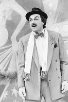 THE ENTERTAINER by John Osborne design: Martin Johns lighting: Gerry Jenkinson director: Robin Lefevre   Peter Bowles (Archie Rice)  Shaftesbury Theatre, London WC1   06/06/1986                     Do...