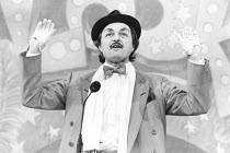Peter Bowles (Archie Rice) in THE ENTERTAINER by John Osborne at the Shaftesbury Theatre, London WC1  06/06/1986  design: Martin Johns lighting: Gerry Jenkinson director: Robin Lefevre
