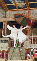 ROMEU & JULIETA based on ROMEO AND JULIET by Shakespeare conceived & directed by Garbriel Villela ~~l-r: Eduardo Moreira (Romeu / Romeo), Fernanda Vianna (Julieta / Juliet), Antonio Edson (Narrator)~G...
