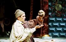 HAMLET by Shakespeare Master of Clothing & Properties: Jenny Tiramani Master of Play: Giles Block   Mark Rylance (Hamlet) with Yorick Shakespeare's Globe, London SE1  09/06/2000 (C) Donald Cooper/Phot...
