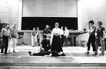centre: Kenneth Branagh (Laertes), (rear) Brian Blessed (Claudius), Virginia McKenna (Gertrude), Frances Barber (Ophelia)  right: Roger Rees (Hamlet), Nicholas Farrell (Horatio) in rehearsal for HAMLE...