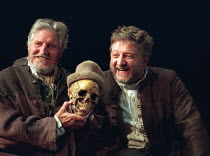 l-r: Denis Quilley (The Grave-digger), Simon Russell Beale (Hamlet, Prince of Denmark) in  HAMLET by Shakespeare at the Lyttelton Theatre, National Theatre (NT), London SE1: first night 05/09/2000   d...