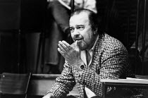 Peter Hall in rehearsal for the 1989 American transfer of his production of ORPHEUS DESCENDING by Tennessee Williams which opened at the Theatre Royal Haymarket, London in 1988 <br> (c) Donald Cooper/...