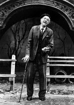I'M NOT RAPPAPORT by Herb Gardner set design: Tony Walton costumes: Liz da Costa lighting: Robert Ornbo director: Daniel Sullivan <br> Paul Scofield (Nat) Apollo Theatre, London W1 03/07/1986 (c) Dona...