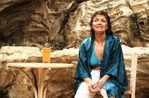 SHIRLEY VALENTINE by Willy Russell design: Bruno Santini lighting: Leonard Tucker director: Richard Olivier <br> Hannah Gordon (Shirley Valentine) Duke of York's Theatre, London WC2 28/06/1989 (c) Do...