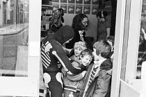 Cast member Micky O'Donoughue teases departing schoolchildren after the performance of FAYRE PLAY at the Young Vic Theatre in 1978 <br> part of The Young Vic Education Service (YVES) programme (c) Do...