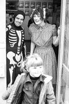 Cast members Micky O'Donoughue & Fiona Victory say goodbye to departing schoolchildren after the performance of FAYRE PLAY at the Young Vic Theatre in 1978 <br> part of The Young Vic Education Servic...