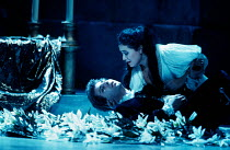 Juliette cradles the dying Romeo: Roberto Alagna (Romeo), Leontina Vaduva (Juliette) in ROMEO ET JULIETTE at The Royal Opera House, Covent Garden, London WC2 28/10/1994  music: Charles-Francois Go...