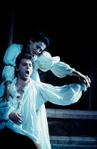 Roberto Alagna (Romeo), Leontina Vaduva (Juliette) in ROMEO ET JULIETTE at The Royal Opera House, Covent Garden, London WC2 28/10/1994  music: Charles-Francois Gounod libretto: Jules Barbier & Mic...