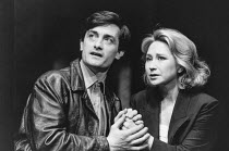 Roger Rees (Kerner), Felicity Kendal (Hapgood) in HAPGOOD by Tom Stoppard at the Aldwych Theatre, London WC2 08/03/1988  design: Carl Toms lighting: David Hersey director: Peter Wood