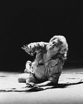 death of Siegfried: Jean Cox (Siegfried) in GOTTERDAMMERUNG by Wagner at the The Royal Opera, Covent Garden, London WC2 16/09/1976 conductor: Colin Davis set design: Josef Svoboda costumes: Ingrid Ros...
