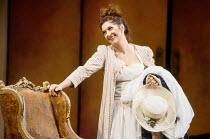 Marie McLaughlin (Susanna) in LE NOZZE DI FIGARO at The Royal Opera, Covent Garden, London WC2 18/12/1991 music: Wolfgang Amadeus Mozart libretto: Lorenzo Da Ponte conductor: Jeffrey Tate set design:...