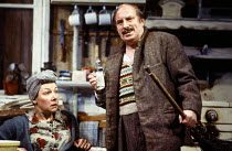 Felicity Palmer (The Mother), Norman Bailey (The Father) in HANSEL AND GRETEL at English National Opera (ENO), London Coliseum, London WC2 16/12/1987 music: Englebert Humperdink libretto: Adelheid Wet...
